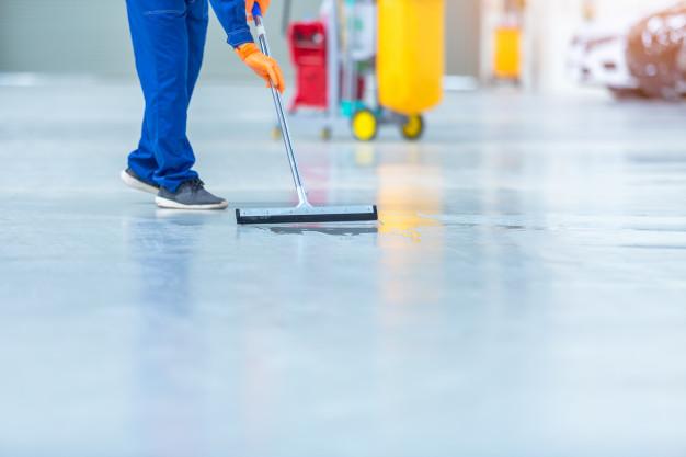 mand påfører gulv epoxybelægning