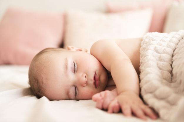 En baby sover