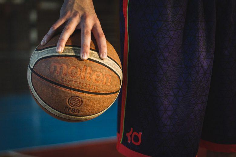 En mand holder en basketball i hånden