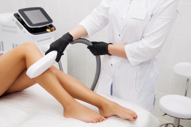 En kvinde får lavet en permanent hårfjerning på sine ben