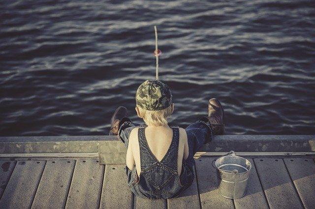 Dreng der fisker